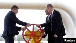 رابرت فیکو نخستوزیر اسلواکی (چپ) و همتای اوکراینیاش آرسنی یاتسنیوک (راست) در مراسم رسمی گشایش خط لوله گاز برای اوکراین