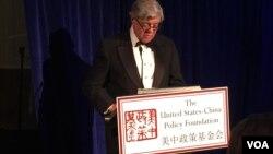 前美國駐華大使尚幕傑在美中政策基金會的年度晚宴上致辭(2016年11月7日,美國之音莉雅拍攝)