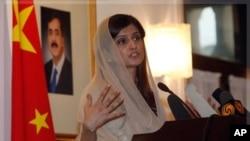 巴基斯坦外交部長哈爾八月底在巴基斯坦駐北京大使館發表講話。圖中肖像是巴基斯坦總理吉拉尼。