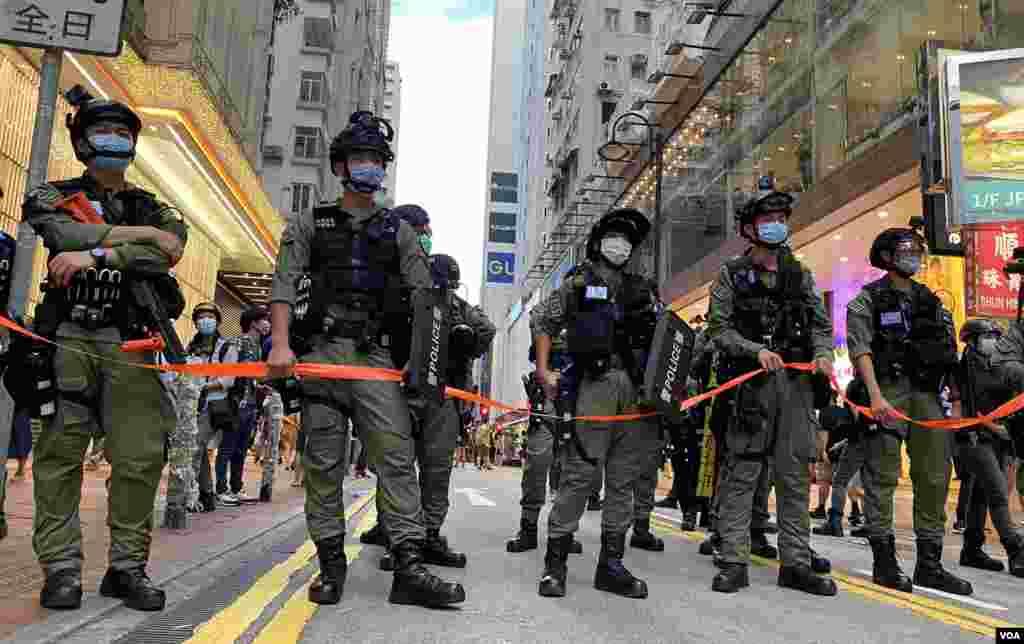"""香港警方10月1日在銅鑼灣一帶部署上千警力,記協義務觀察員呂秉權批評,警方在沒有混亂的情況下,仍多次拉起封鎖線,對記者工作造成不便,而且未有遵守承諾讓""""認可""""傳媒進入封鎖區採訪。(美國之音湯惠芸)"""