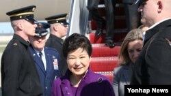 핵안보정상회의 참석하기 위해 미국을 방문한 박근혜 한국 대통령이 30일 미국 메릴랜드 주 앤드루스 공군기지에 도착해 차량으로 이동하고 있다.