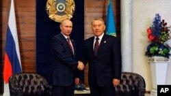 Rossiya Prezidenti Vladimir Putin (chapda) va Qozog'iston rahbari Nursulton Nazarboyev Ostonada o'tgan uchrashuvda, 29-may, 2014-yil.