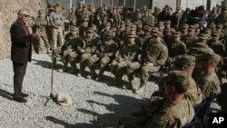 Menhan AS, Chuck Hagel berbicara dengan pasukan AS di Jalalabad, Afghanistan (foto: dok).