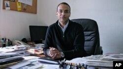Hossam Bahgat dans son bureau du Caire, en Egypte, 7 décembre 2011. (Sarah Rafea via AP, File)