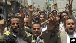 ພວກປະທ້ວງຮ້ອງຄຳຂວັນຕໍ່ຕ້ານລັດຖະບານ ໃນລະຫວ່າງການໂຮມຊຸມນຸມປະທ້ວງ ຮຽກຮ້ອງໃຫ້ປະຊາທິບໍດີ Ali Abdullah Saleh ລາອອກ ທີ່ເມືອງ Taiz ໃນພາກໃຕ້ເຢເມນ (17 ມິຖຸນາ 2011)