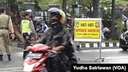 Suasana Pemkot Solo dan kepolisian menggelar operasi masker di jalanan kota Solo, Kamis (8/10). (Foto: VOA/ Yudha Satriawan)