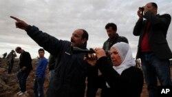Người Kurd ở Thổ Nhĩ Kỳ tập trung trên trên một đỉnh đồi ở ngoại ô Suruc để theo dõi cuộc chiến giữa chiến binh người Kurd chống lại nhóm Nhà nước Hồi giáo tại thị trấn Kobani ở Syria, ngày 19/10/2014.