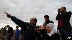 Suruç kasabasının dışında bir tepede Kobani'deki çatışmaları izleyen halk