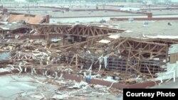 انباری در مرکز تدارکات هوايی شهر سان آنتونيو که بر اثر توفان گيلبرت ويران شده است. ۱۷ سپتامبر ۱۹۸۸ (عکس از وزارت دفاع آمريکا / مايکل هگرتی)
