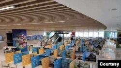 福建一家體育用品公司的員工食堂,用餐區用隔板隔開,避免員工用餐傳染呼吸道疾病