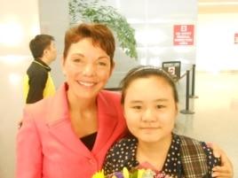 美国的女权无疆界组织主席瑞洁和安妮在旧金山国际机场(女权无疆界组织提供)