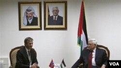 Menlu Norwegia Jonas Gahr Stoere saat bertemu Presiden Palestina Mahmoud Abbas di Ramalalah, Tepi Barat (foto: Juni 2008).