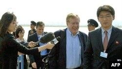 Đặc sứ Mỹ phụ trách về nhân quyền Bắc Triều Tiên Robert King (giữa) đến sân bay Bình Nhưỡng, 24/5/2011