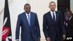 Les présidents Barack Obama et Uhuru Kenyatta arrivent au Parlement à Nairobi le 25 juillet 2015.