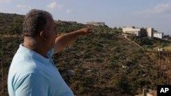 8月23日一名黎巴嫩人士遙指被以色列轟炸的地點。
