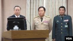 台湾国防部长严明上将(左)等官员在立法院接受质询(美国之音张永泰拍摄)