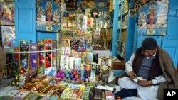 Seorang penjual kembang api di India (foto: dok). Kembang api sering digunakan dalam perayaan agama dan pernikahan di India.