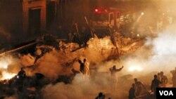 Pesawat yang jatuh di Karachi ini, menghantam beberapa bangunan dan menyebabkan kebakaran.