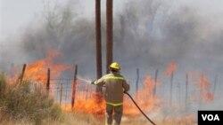 Los bomberos luchan contra los incendios forestales en las afueras de Marfa, en Texas.