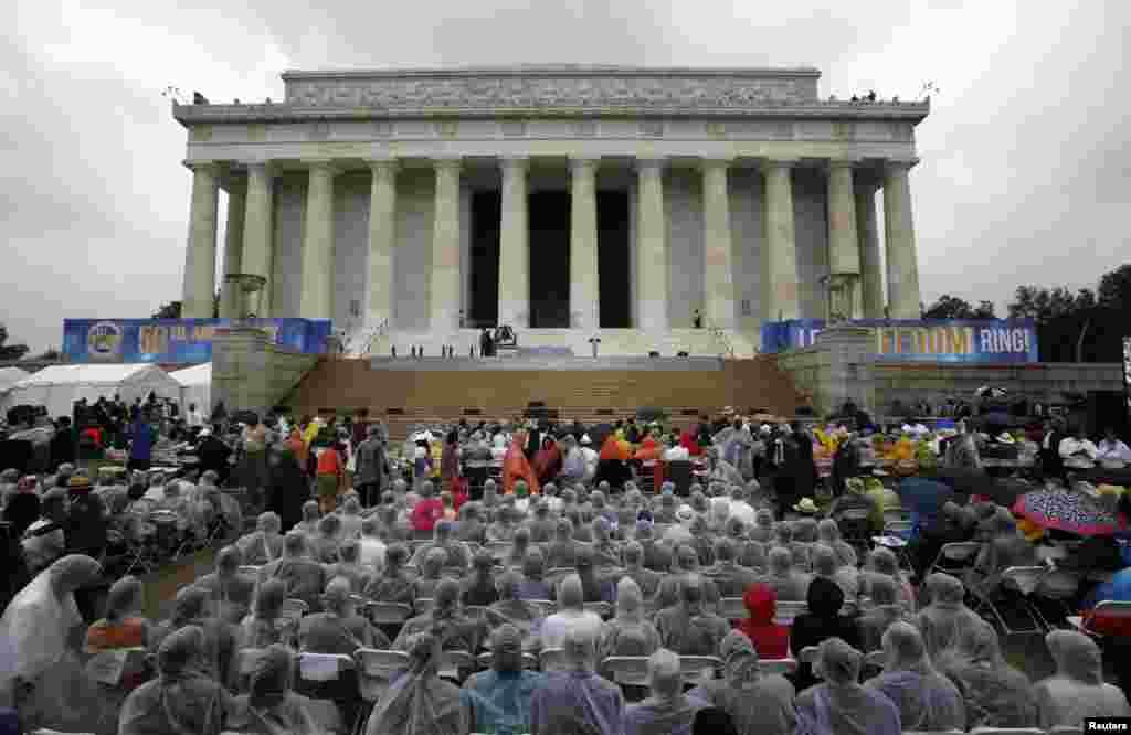 """Cientos depersonas desafían la lluvia para recordar frente al monumento de Lincoln, en Washington, el discurso de Martin Luther King Jr., """"I have a dream"""" 50 años después de su pronunciamiento."""