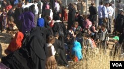 Outside Khazir camp, thousands of people wait in line to register in Iraqi Kurdistan, Nov. 5, 2016. More than 45,000 peoplea are said to have been displaced since the Mosul offensive began more than three weeks ago. (H.Murdock/VOA)