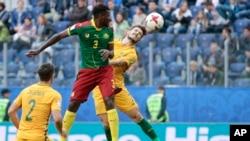 André Frank Zambo Anguissa du Cameroun et Mathew Leckie de l'Australie, à droite, dans un duel aérien lors d'un match du groupe B de la Coupe des Confédérations entre le Cameroun et l'Australie au stade St. Petersburg, Russie, 22 juin 2017.
