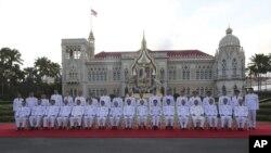 Perdana Menteri Thailand Prayuth Chan-ocha, (kesembilan dari kiri di barisan depan) bersama anggota kabinetnya, berfoto bersama di kantor pemerintah di Bangkok, 16 Juli 2019.