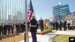 美国国务卿克里在美国驻古巴大使馆观看美国国旗升起(2015年8月14日)