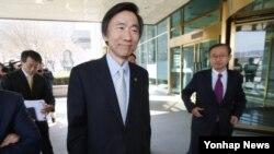 25일 한국 외교부 청사에서 현판식을 마친 뒤 간부들과 함께 이동하고 있는 윤병세 외교부 장관(가운데).