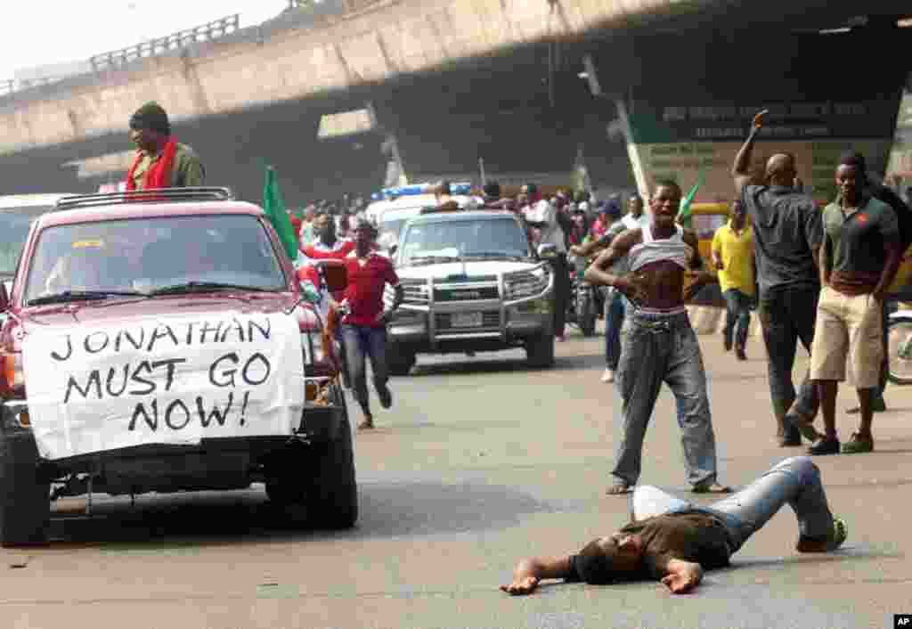 Youths protest on the streets against the removal of a fuel subsidy by the government, in Lagos, Nigeria, Jan. 12, 2012. (AP)