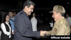 El presidente de Venezuela Nicolás Maduro es recibido por el mandatario cubano Raúl Castro en el aeropuerto internacional de La Habana. Sept. 21, 2017 Foto: Martí Noticias.