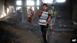 8月9日巴勒斯坦人从加沙被炸毁的清真寺里搬出书籍
