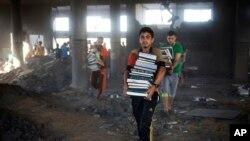 8月9日巴勒斯坦人在以色列击中的加沙清真寺里搬书