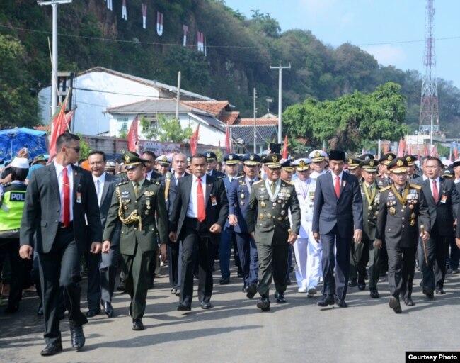 Presiden Joko Widodo berjalan kaki menuju lokasi upacara hari ulang tahun (HUT) Tentara Nasional Indonesia (TNI) ke-72 di Dermaga Indah Kiat Cilegon, Banten, 5 Oktober 2017. (Foto courtesy: Biro Pers Kepresidenan RI).
