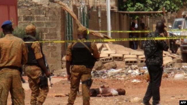 e461cd871ea Des éléments forces de sécurité burkinabè se tiennent près du corps d un  suspect jihadiste