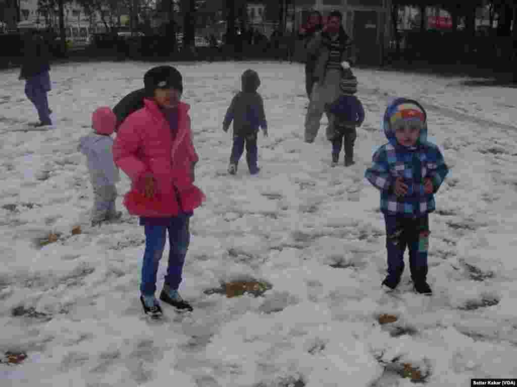 کوئٹہ میں بچے برف سے لطف اندوز ہو رہے ہیں۔