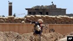 ایک کرد جنگجو، کرکک کے علاقے میں گشت کر رہا ہے۔ فائل فوٹو