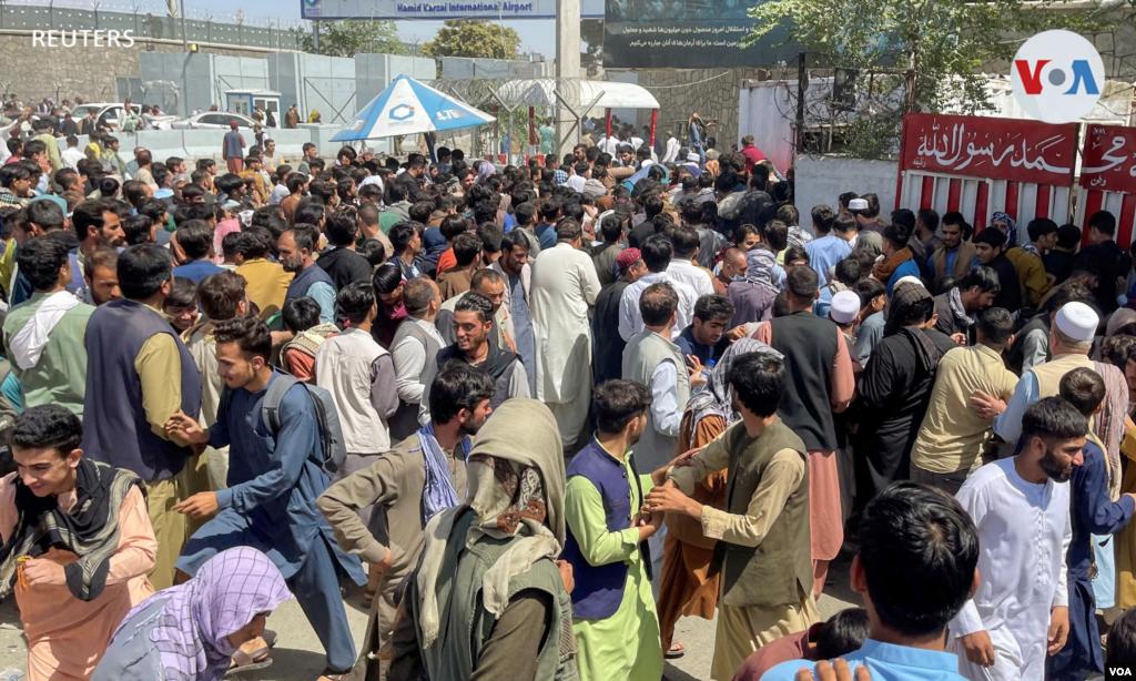 Miles de personas se aglomeraron en el aeropuerto de la capital afgana el lunes, corriendo por la pista y subiendo a aviones en un intento desesperado de huir.