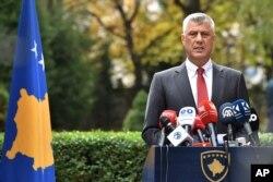 전범 혐의로 기소된 하심 타치 코소보 대통령이 5일 프리스티나에서 기자회견을 열고 대통령직 사임을 발표했다.