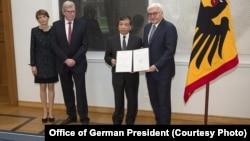 Tổng thống Đức (phải) trao giải thưởng về nhân quyền cho đại diện của luật sư Nguyễn Văn Đài hồi tháng Tư năm nay.