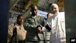 Ibrahim Idris es sacado de un avión a su llegada de Sudán, procedente de la cárcel de Guantánamo.