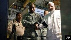 Tù nhân Ibrahim Idris rời khỏi máy bay tại sân bay ở Khartoum sau khi được thả ra tù nhà tù Guantanamo, ngày 19/12/2013.