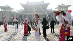 میزائل تجربے کی کامیابی پر مسرت کے اظہار کے لیے دارلحکومت پیانگ یانگ میں نوجوانوں کا رقص