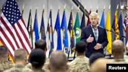 El secretario de Defensa, Chuck Hagel, habla con las tropas durante su visita a la base de Bagram en Afganistán.
