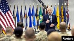 چاک هیگل وزیر دفاع آمریکا در جمع سربازان آمریکایی در پایگاه بگرام در افغانستان - ۱۱ خرداد ۱۳۹۳