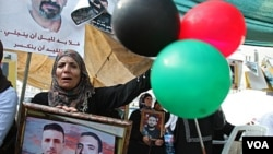 Warga Palestina merayakan kesepakatan pertukaran tawanan antara Hamas dan Israel di kota West Bank, Nablus (15/10).