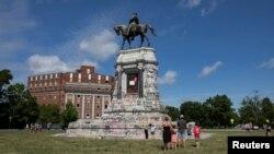 Пам'ятник Роберту Лі, генералу армії Конфедерації, Річмонд, Вірджинія, 5 червня 2020 (REUTERS/Julia Rendleman)