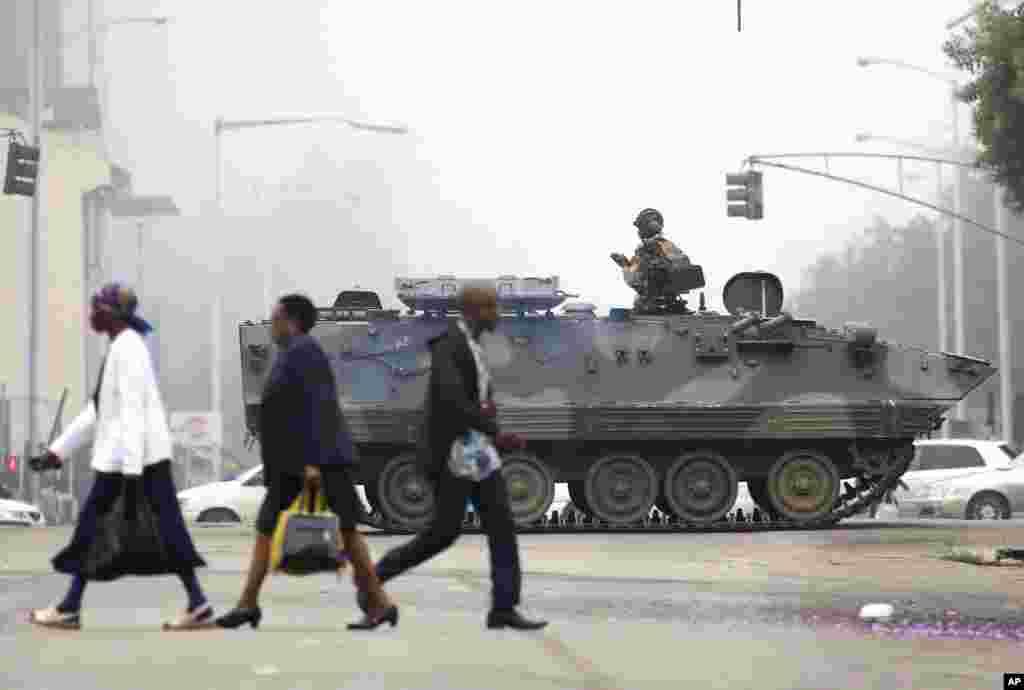 Un soldat patrouille dans les rues d'Harare, au Zimbabwe, le 15 novembre 2017.