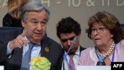 Le secrétaire général de l'ONU, Antonio Guterres, à côté de Louise Arbour, représentante spéciale du Secrétaire général de l'ONU pour les migrations internationales, lors de la conférence des Nations Unies sur les migrations, à Marrakech, le 10 décembre 2018.