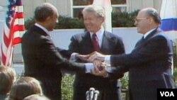 Predsjednik Egipta Anwar El Sadat, predsjednik Sjedinjenih Država Jimmy Carter i premijer Izraela Menachem Begin u Camp Davidu, nakon postizanja Mirovnog sporazuma izmedju Egipta i Izraela, 1979. godine